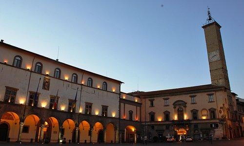 Piazza del Comune, sulla sinistra il palazzo dei Priori