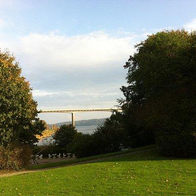 Kig fra haven ud mod broen.
