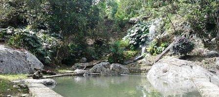 Cascada y piscina natural
