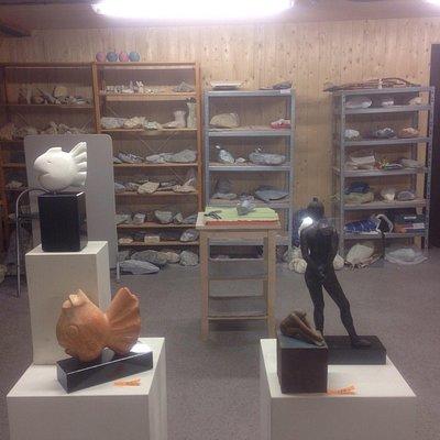 Een paar beelden (speksteen en brons) in het atelier van Madeleine Corbey