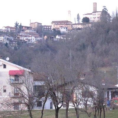 castello e borgo antico sulla collina