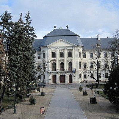 Liceum, Eger, vue depuis le parvis de la Basilique