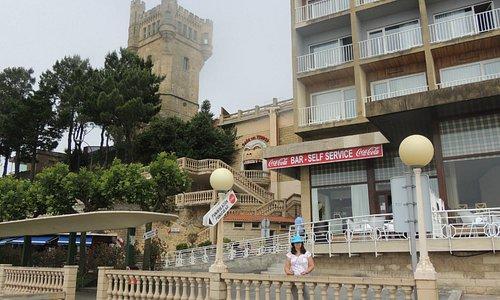 Vista da entrada do parque via funicular, com a torre ao fundo