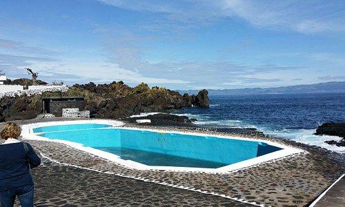 Pile en face du O Rochedo (Santo Antonio sur l'île Pico) une piscine naturelle. Pas très remplie