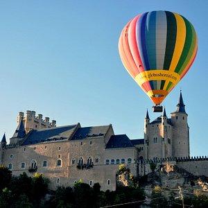 Sobrevolando el Alcázar de Segovia con Globos Boreal