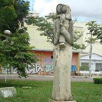 Escultura ornamental na Praça das Mães