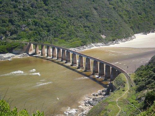 La vue vers l'Est et le fameux pont de la Kaaimans River