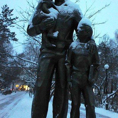 памятник отцу зимой