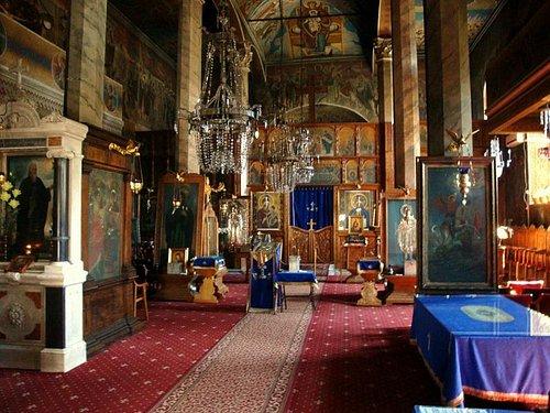 Anteiglesia y parte central con el iconostasio al fondo.