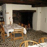 Det hyggelige restaurantlokale med åben pejs