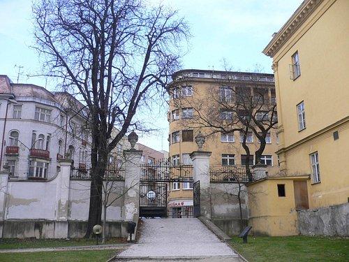 Выход из парка президентского дворца (Grasalkovičov palác) на улицу Штефаникова