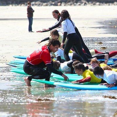 Cours de surf sur la plage de trestraou a Perros guirec