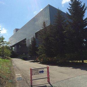 坂道を登ると美術館が見えてきます。