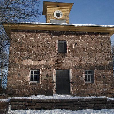 Каменное здание на территории музея.