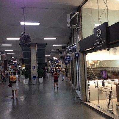 Um dos corredores do Shopping Cidade Copacabana