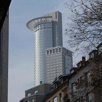 Westend Tower, s kráľovskou korunou.