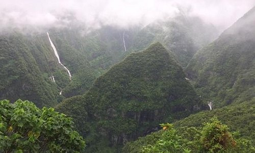 Vallée et cascade de Takamaka