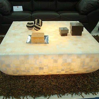 mesa de centro hecha de onix y decorada con el  mismo material