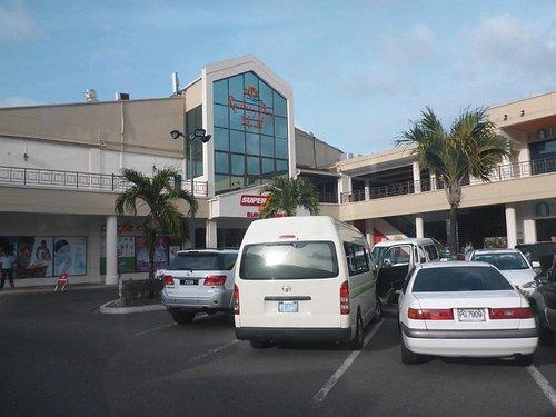 Главный вход торгового центра и парковка