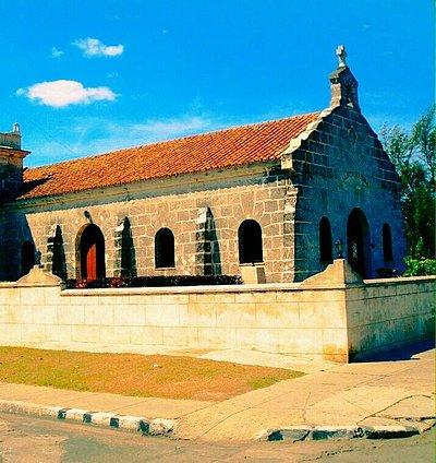 Imagen de la fachada de la capilla antigua construida en piedra
