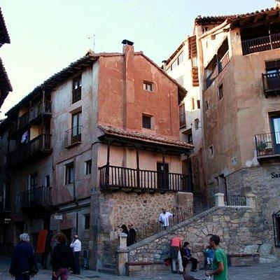 Las calles del Portal de Molina y de Santiago, a la que se sube por la escalera.