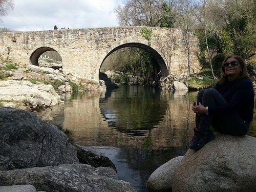 """Puente romano en Madrigal, Cascada del Diablo, puente de Cuartos y """"cabrito al estilo verano""""."""