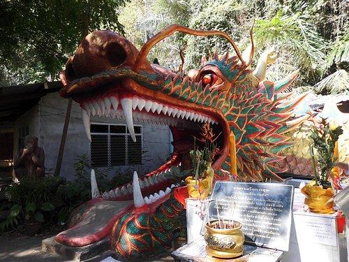 Begehbare Naga im Wat Thomtharpan Amphoemuand