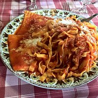 Tagliatelle e ravioli con sugo semplice di pomodoro.