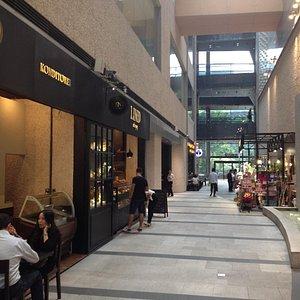 お洒落なカフェや飲食店、ブランドショップが入居しています。