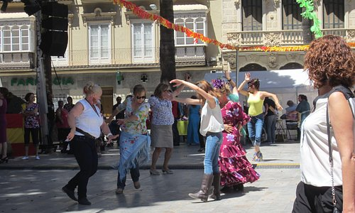 Зажигательные танцы на площади Св. Франциско. Справа виден фасад знаменитого дома Маэстре