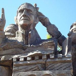 Detalhe da escultura rústica