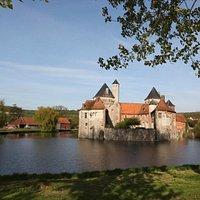 Le château d'Olhain entouré de ses douves