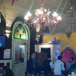 Excelente lugar, boa música, boa comida, boa bebida. Paga-se um drink de 12 euros e come-se a vo