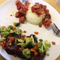 Riso basmati con spezzatino di soia & Arrosto di seitan con broccoli e carote