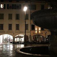 La fontana in primo piano