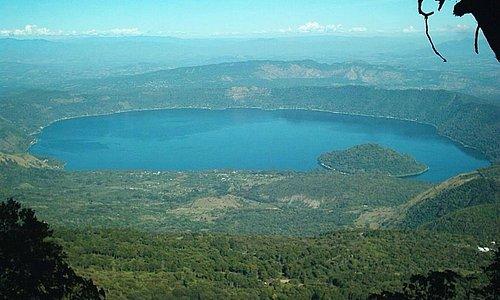 Gran vista del lago coatepeque , un volcan extinto de ase muchos años