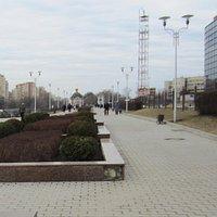 Вид на Серафимовскую часовню через набережную Серафима Саровского