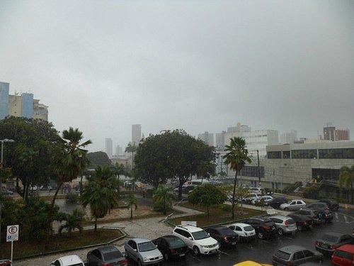 Praça no dia de chuva