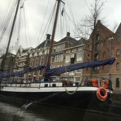Grote boten beperken het uitzicht tijdens de rondvaart