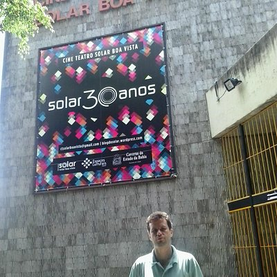 David na frente do Cine Teatro Solar Boa Vista.