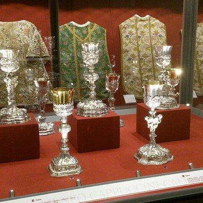 Collezione di vasi sacri e sacri paramenti (sec. XVIII).