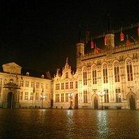 O palácio, ao lado da prefeitura.