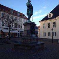 Statuen af Niels Ebbesen på Rådhuspladsen i Randers