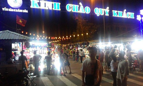 Entrance and the night market inside