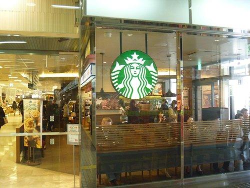 入口にはコーヒーチェーンがあります。