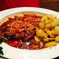 Frankischer Zwiebelrostbraten mit Rostzwiebel BratKartoffeln und salat
