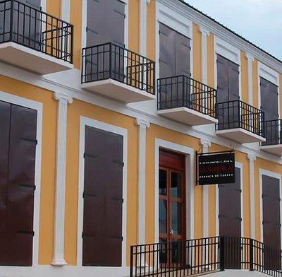 La Aurora Cigar World replica of La Aurora 1903 original factory. La Aurora Cigar World es una r