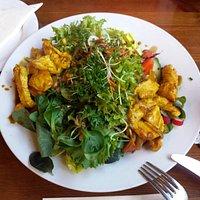 """Salatvariation """"Küchenchef"""" mit Balsamicodressing und Putenstreifen in Currysauce"""
