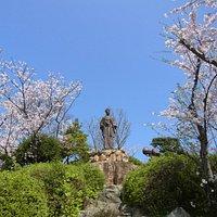日和山公園の中央に高杉晋作像あり