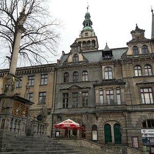 Blick zum Rathaus mit restaurant und Pestsäule im Vordergrund